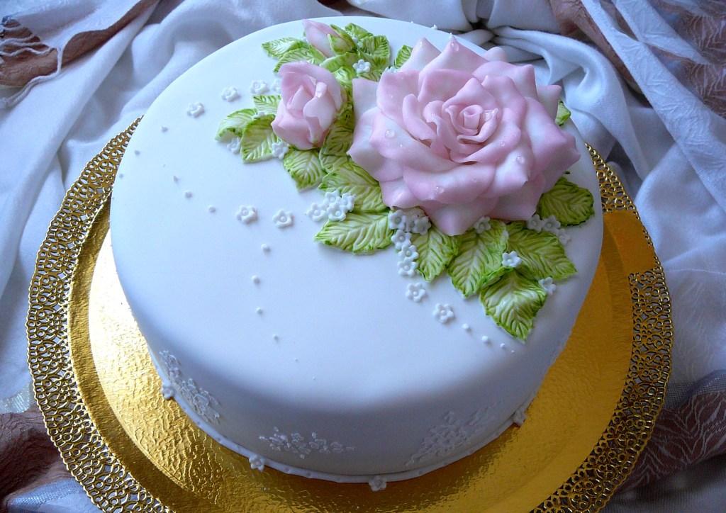 Украшение тортов розами картинки